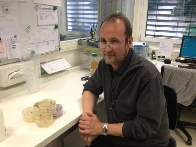 Mikrobiologe Mark Prisco im Labor mit den gezüchteten Handschuh-Bakterien.