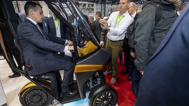 Bundesrat Ignazio Cassis testet einen Bicar am Genfer Automobil-Salon im März 2019.