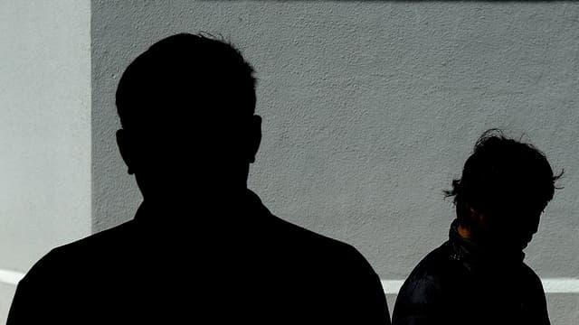 Im Schatten sieht man die Umrisse von zwei Männern.