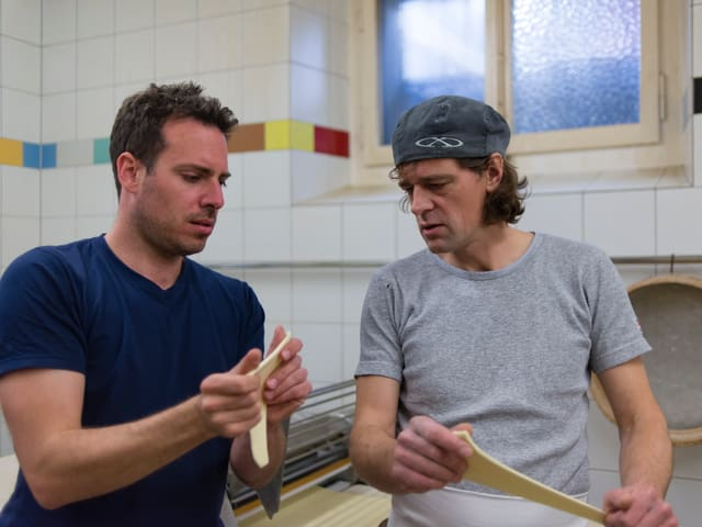 Tom Gisler und Bäckermeister Lorenz Moser formen Gipfeli