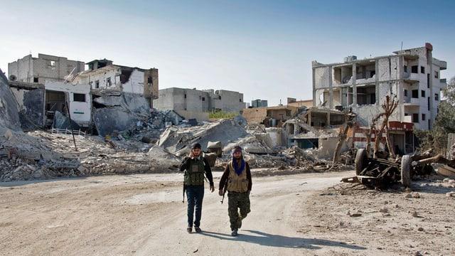Kurdische Kämpfer gehen in Richtung Ortseingang von Kobane.