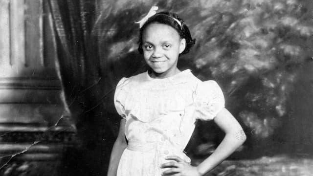 Othella Dallas als Kind in weissem Röckchen mit Schleife im Haar