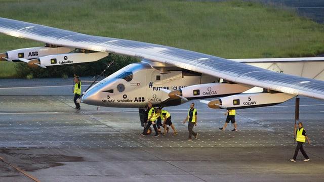 Solar Impulse, hier nach der Landung in Nagoya Ende Juni, wird erst Anfang August weiterfliegen können.