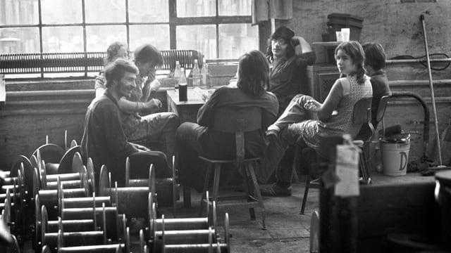 Arbeiter sitzen am Tisch und machen Pause