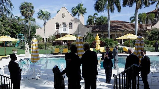 Anwesen mit Pool und Kreawattenträgern im Vordergrund