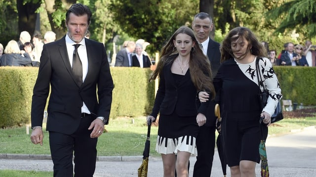 Gloria Burda (m.), ihre Mutter Sabrina Burda (r.) und John Juergens (l.) bei der Beerdigung von Udo Jürgens auf dem Zentralfriedhof in Wien.