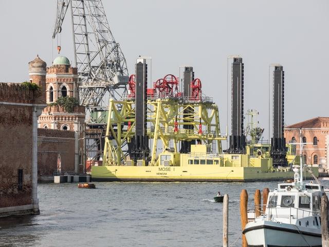 Grosser Baukran auf einem gelben Schiff.