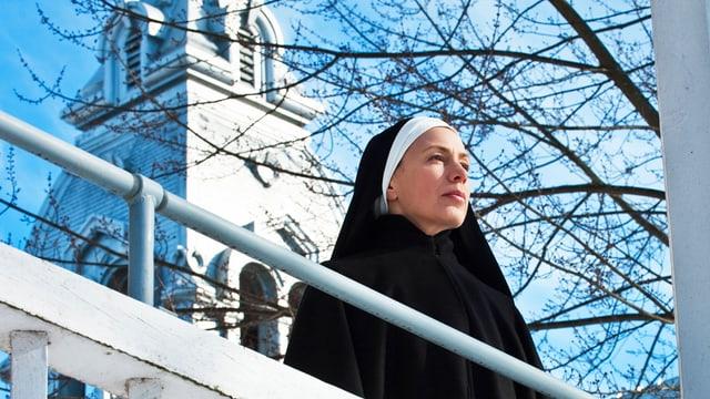 Eine Nonne auf einer Veranda.