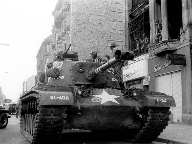 Panzer der US-Army am Checkpoint Charlie