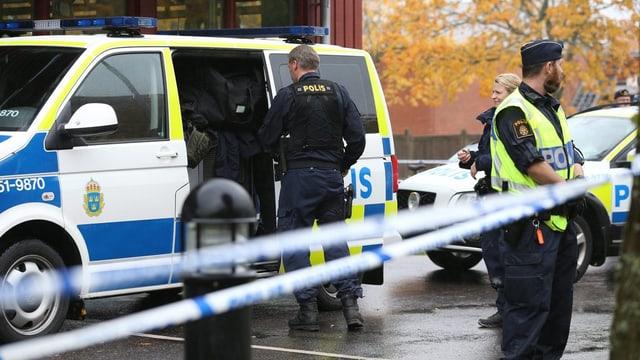Polizia avant la scola da Trollhättan en Svezia.