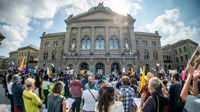 Activists dal clima sin la Plazza federala a Berna.