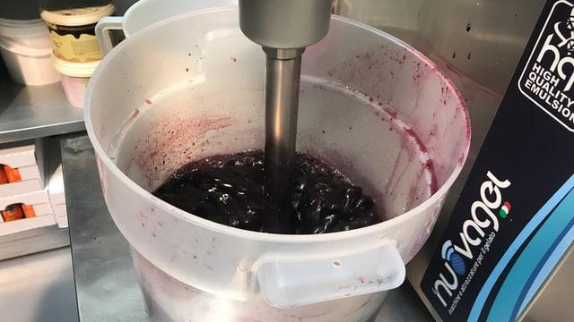 In einem Behälter werden Brombeeren gemixt