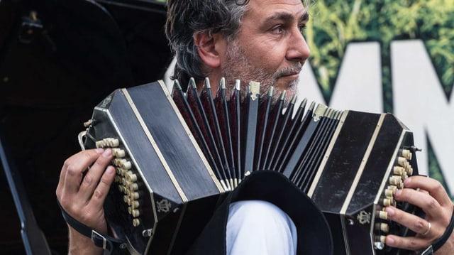 Daniele di Bonaventura mit seinem Bandoneon.