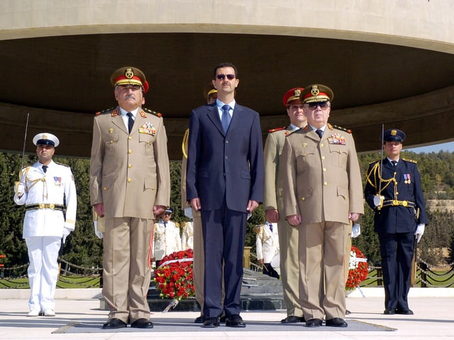 Assad steht neben hohen Militärs