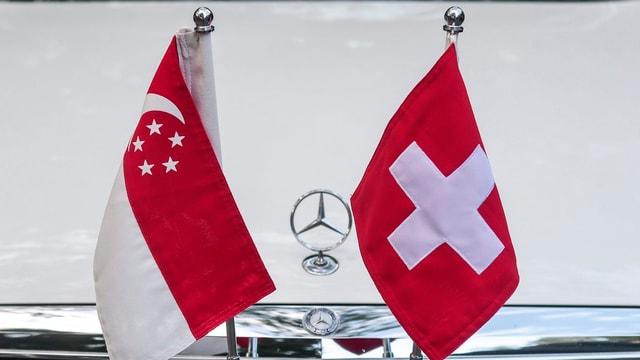 Bandiera da Singapur e Svizra sin in auto.
