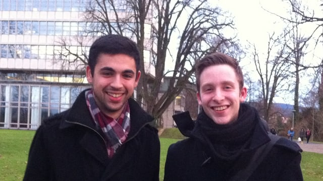 Adil Koller und Filip Winzap - Gründer der neuen Gruppierung «The Next Generation» stehen vor dem Gymnasium Münchenstein