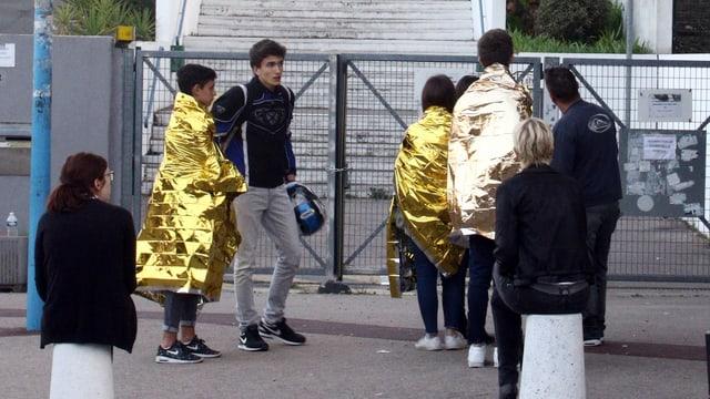 Schüler in Schutzdecken