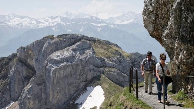 Wanderer auf einem Bergweg am Pilatus.