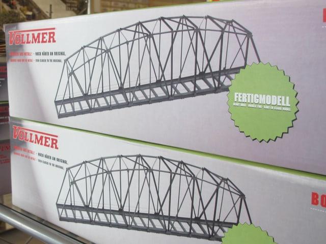 Kartons mit fertigen Modellbau-Eisenbahnbrücken