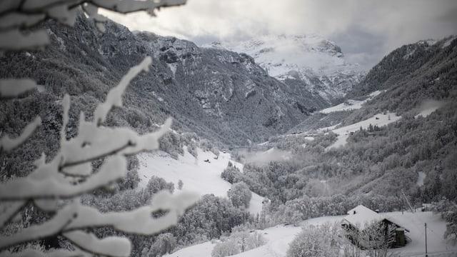 Sguard tras la Val Tamina cun il Calanda davosvart, suenter l'ultima navaglia entschatta december.
