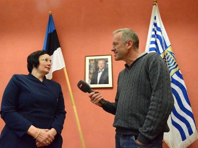 Katri Raik im Gespräch mit SRF-Korrespondent Bruno Kaufmann