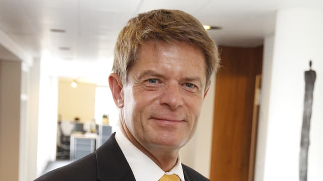 Portraitbild des neuen Verbandsdirektors Gabriel Barell, er trägt schwarzen Anzug und gelbe Krawatte.