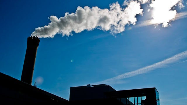 Rauchender Schornstein der KVA Hagenholz