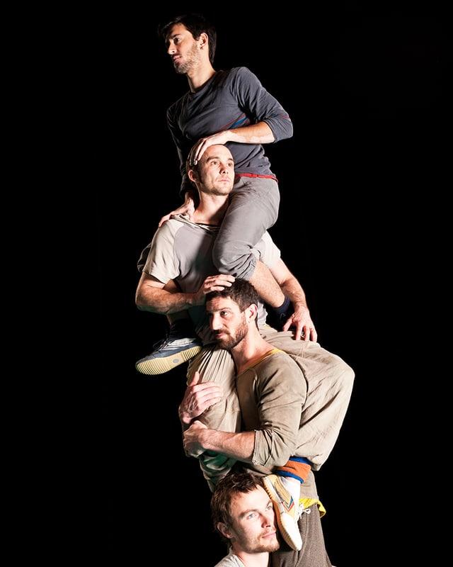 Vier Artisten bilden einen Menschenturm