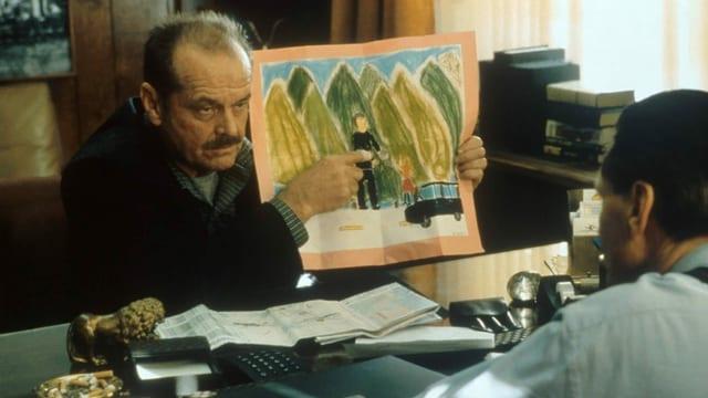 ein Mann zeigt eine Zeichnung einem anderen Mann