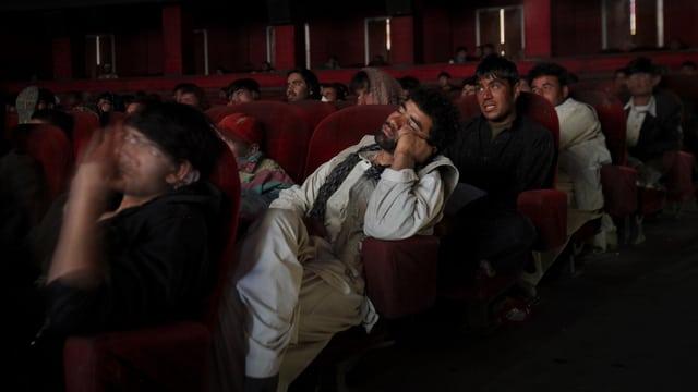 Ein schlafender Mann im Kino.