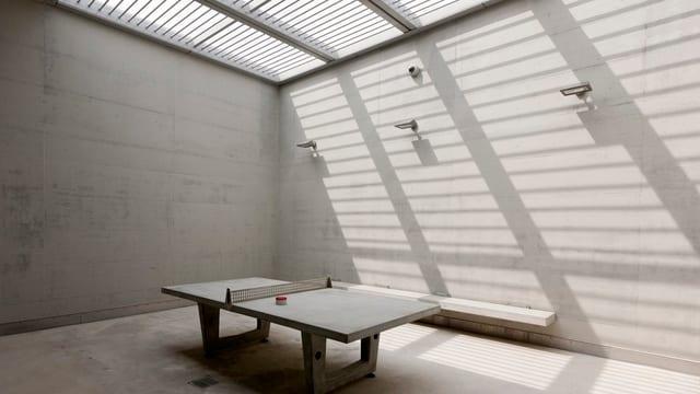 Eine Tischtennisplatte im Gefängnis von Lenzburg.