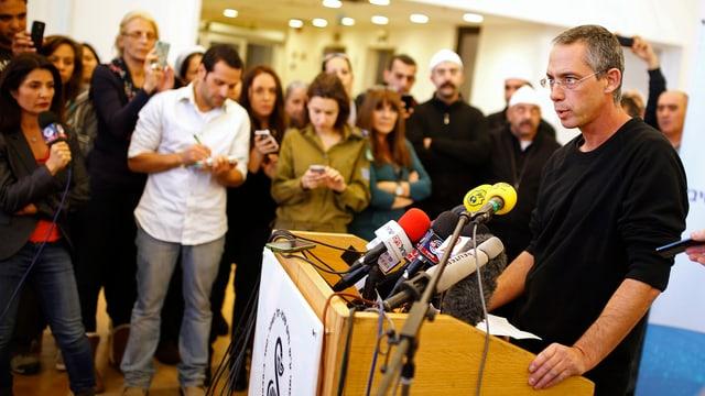 Der Sohn von Ariel Scharon, Galid Scharon, spricht im Krankenhaus vor Journalisten.