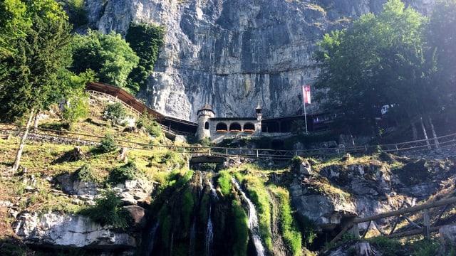 Eine steile Felswand mit kleinen Wasserfällen.