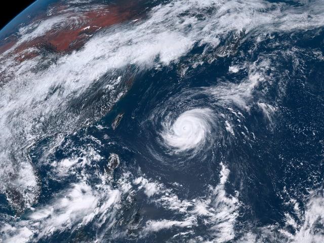 Wolkenspirale des Taifun Marias.