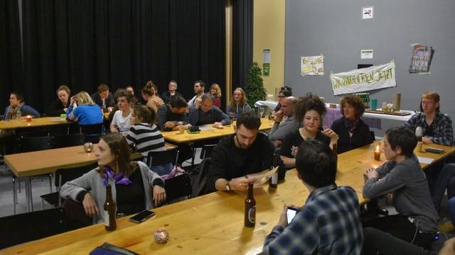 Vista en la sala dil Kulturhaus cun il publicum.
