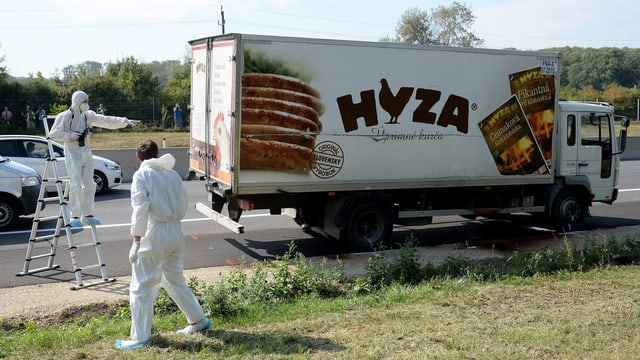 Lastwagen auf der Autobahn, Ermittler stehen dabei.
