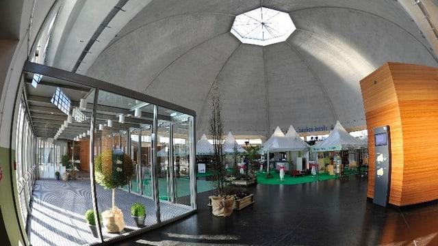 Die Halle unter der Kuppel der Martkthalle mit Läden und Zelten