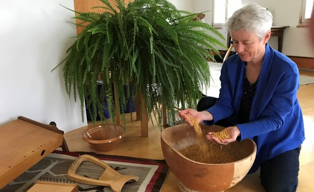 Musiktherapeutin Sandra Lutz macht mit Maiskörnern in einer Kalabasse Geräusche und Rhythmus.