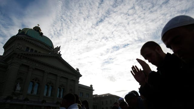 Muslime beten vor dem Bundeshaus.