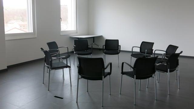 Stühle stehen im Kreis bereit für eine Gruppentherapie.