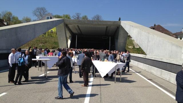 Mehrere Leute stehen vor dem Ostportal des Hausmattunnels, der zur «Entlastung Region Olten», der ERO, gehört.