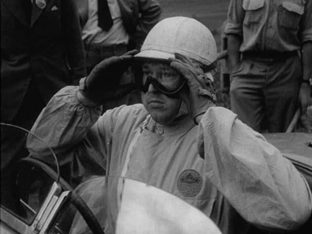 Ein Pilot rückt sich seine Fliegerbrille zurecht, 1950er-Jahre.