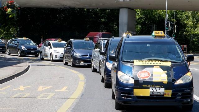 Genfer Taxis in Kolonnenfahrt.