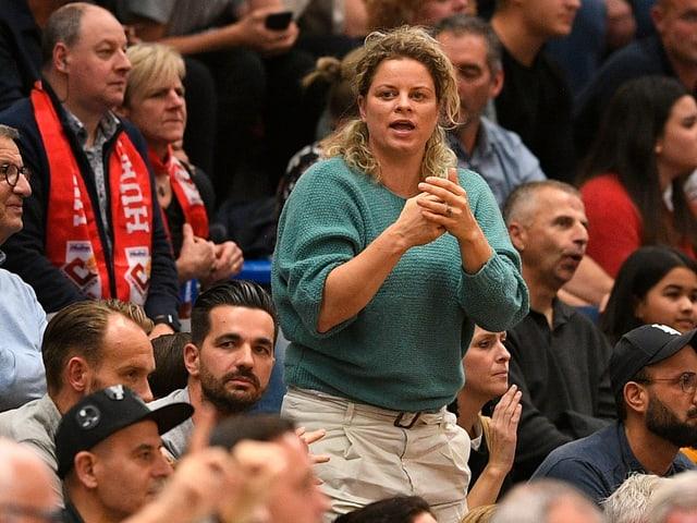 Kim Clijsters im Publikum an einem Tennisturnier.