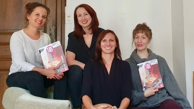 Vier Frauen halten Magazine in der Hand