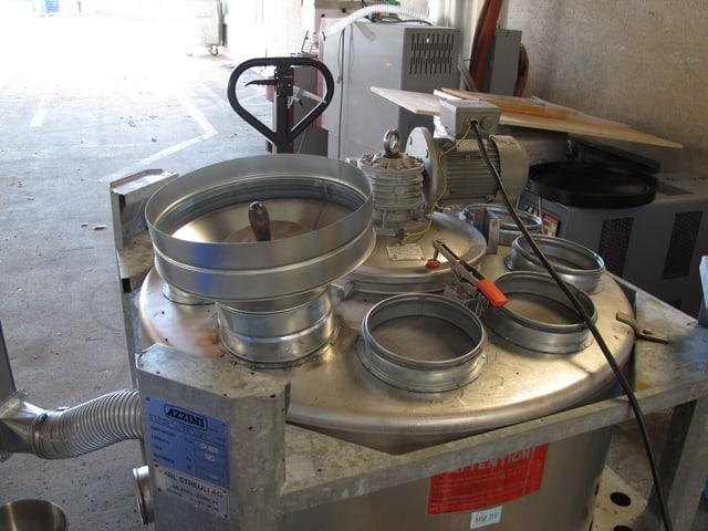 Technisches Gerät, eine art grosser Kochtopf mit verschidenen Einlässen