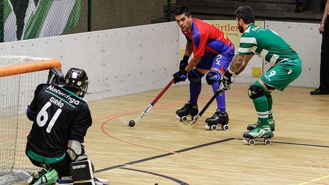 Spielszene im Rollhockey vor dem portugiesischen Tor