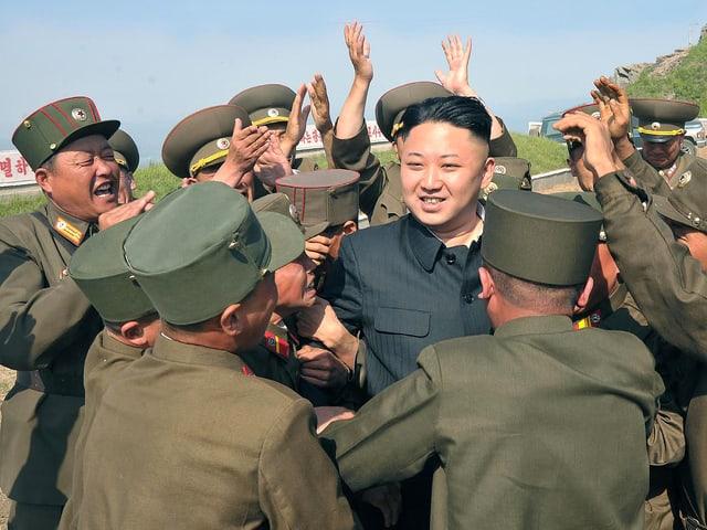 Kim Jong Un inmitten von Soldaten