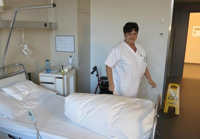 Ein Spitalbett mit einer Krankenschwester