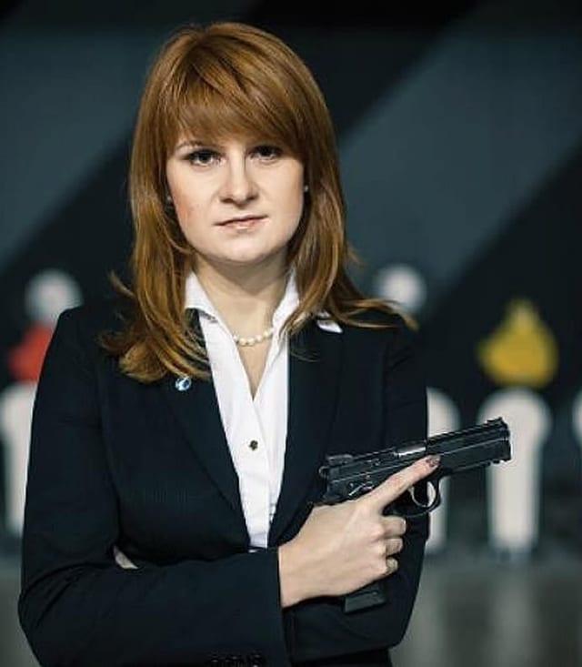 Maria Butina posiert mit einer Pistole in der Hand.